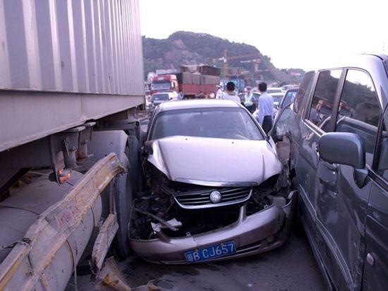 深圳29车连环相撞