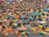 海滨泳池人满为患