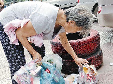 老太捡垃圾为环保