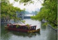 护城河泛舟赏美景