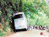司机撞山体救人