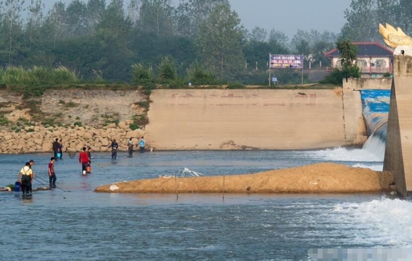武汉一河流进入枯水期 附近村民疯狂电鱼
