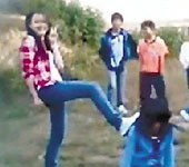 女中学生群殴同学后拍照留影