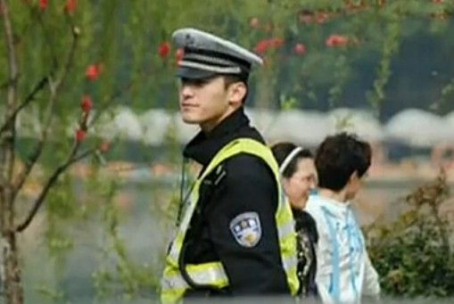 杭州最帅交警走红网络 婉拒女粉丝合影