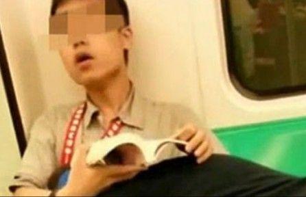 """实拍台湾男女学生地铁上演""""活春宫"""""""