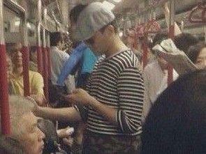 张智霖自嘲墨镜潮服坐地铁被拍
