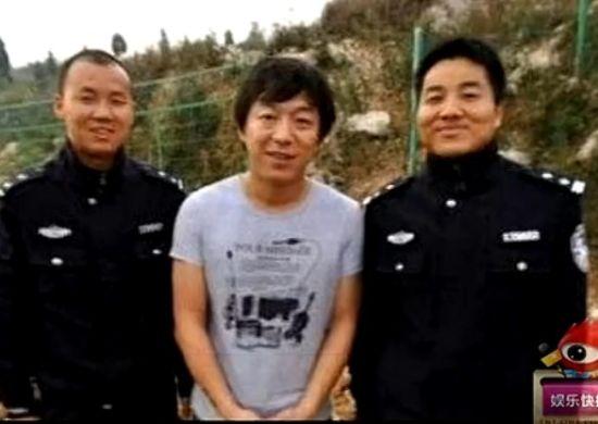 黄渤遇交警被求合影 形似罪犯遭调侃