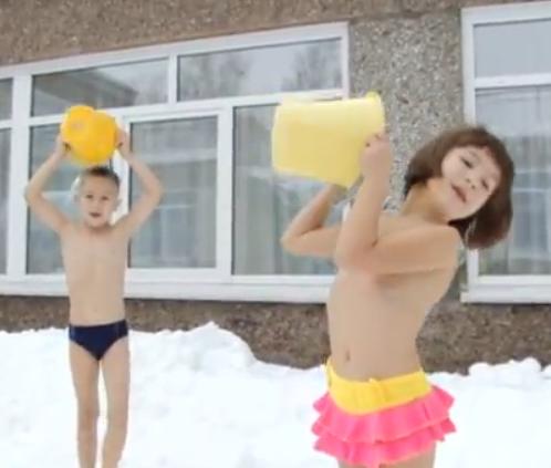 俄幼童零下25度洗冰水澡