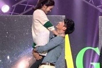 韩男星与女嘉宾互动下体失控引尴尬
