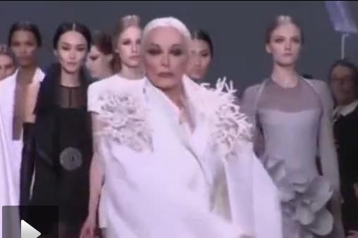 82岁最年长模特 巴黎时装周艳压群芳