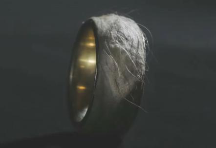 """冰岛设计师打造""""人皮戒指"""""""