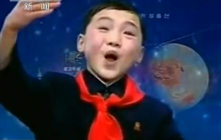 朝鲜少年深情颂扬火箭发射  爆笑表情走红