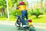飞驰摩托上跳骑马舞吓坏路人