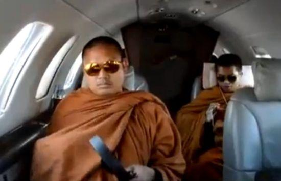 和尚乘私人飞机挎名包炫富