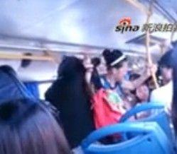 实拍上海公交车上两女子因踩脚不道歉互殴