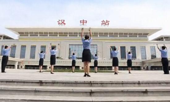 """陕西火车站员工跳""""小苹果"""""""