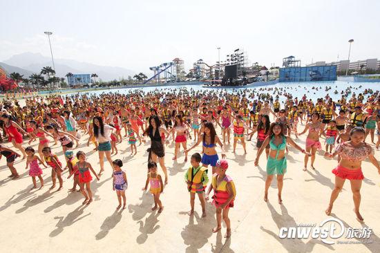 西安千人着泳装水中演绎最性感《小苹果》