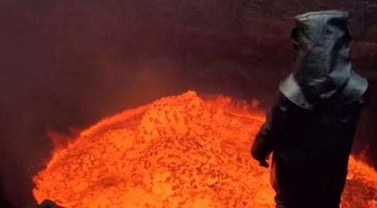 探险家火山口实拍岩浆翻滚壮景衣服烧出洞