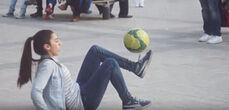炫酷!法国15岁女孩街头足球戏耍路人
