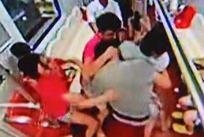 监拍男子地铁为孩子把尿 乘客劝阻遭暴打