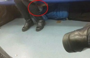 北京地铁猥琐男躺座位下摸乘客腿