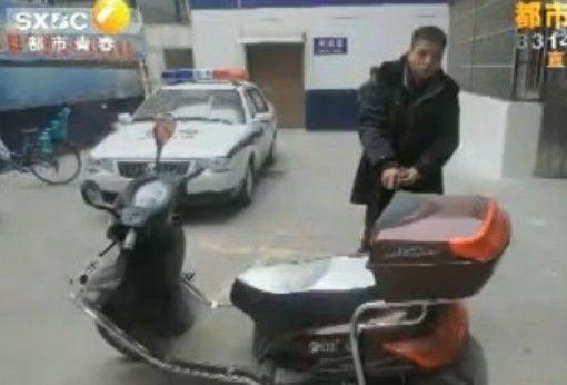 西安:老爸偷电动车 女儿来掩护