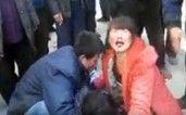 延安城管暴力执法 女商贩被打口鼻流血