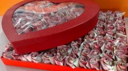 杭州小伙用20万现金折纸玫瑰求婚