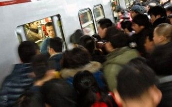 地铁早高峰 工作人员被挤上车