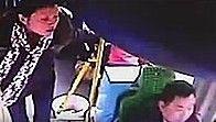 女子玩手机坐过站打公交司机抢方向盘