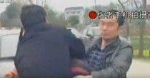 公务员与交警当街互殴 鼻梁骨折飙脏话