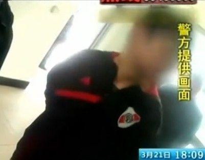 黑衣男子潜入大学女厕 偷拍女生不雅视频