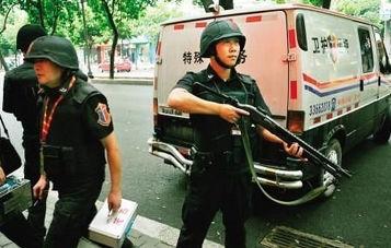 实拍银行门前押运人员与劫匪开枪对射