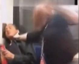外国美女地铁内抽风打人反遭对方狂殴