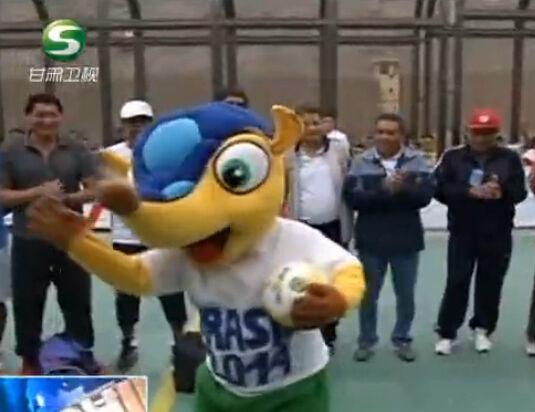 监狱世界杯开幕 犯人扮成吉祥物助兴