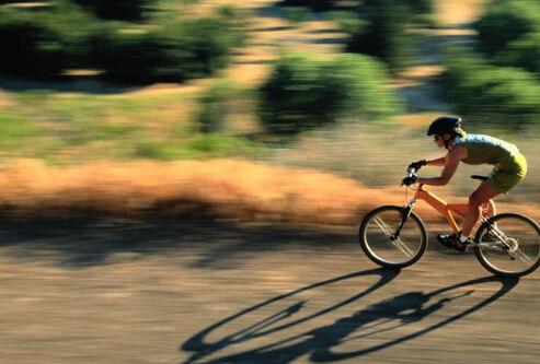 男孩骑自行车撞树致睾丸意外飞出