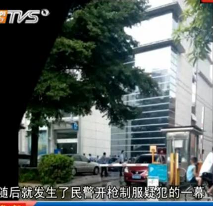 男子抢1包云南白药后持刀与警对峙被制服