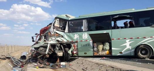 监拍新疆客车与货车相撞瞬间 致15人死