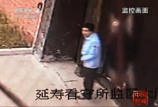 3嫌犯杀警察越狱监控-第2人出现武警鸣枪