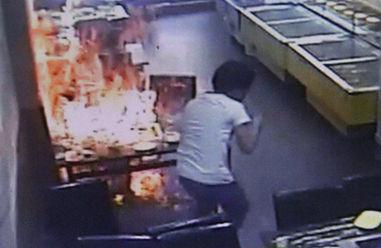 服务员对明火加液态酒精致女孩全身起火