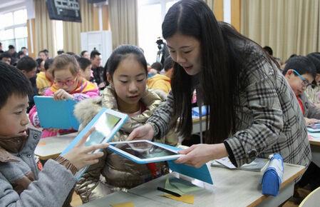"""河南一学校强制学生用""""电子书包"""""""