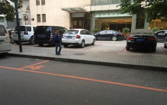 西安城墙内划橙色车位停车费  每小时6元