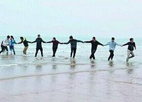 18名大学生手挽手冲进大海勇救女子