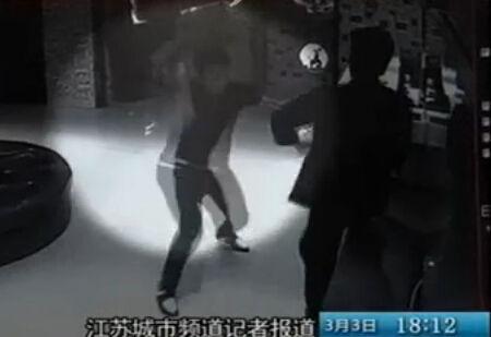 男子KTV持刀砍伤7人 提刀冲向民警被击毙