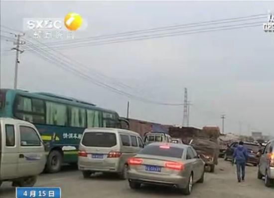 路政车逼停货车致路人被碾压 竟弃车逃离